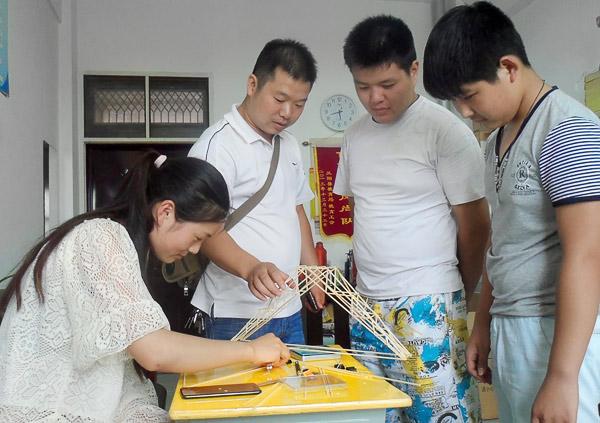 参赛选手在备战《木桥梁结构设计承重赛》