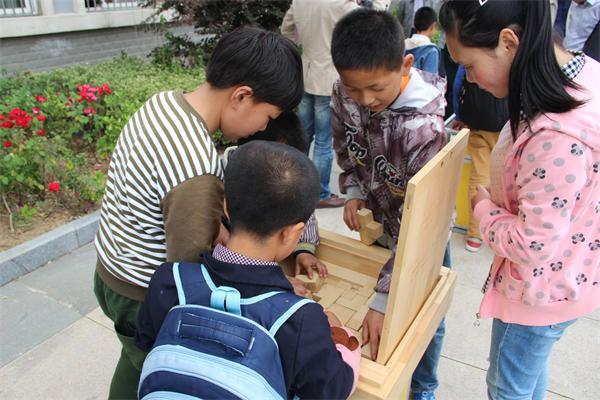 孩子们与科普展品互动